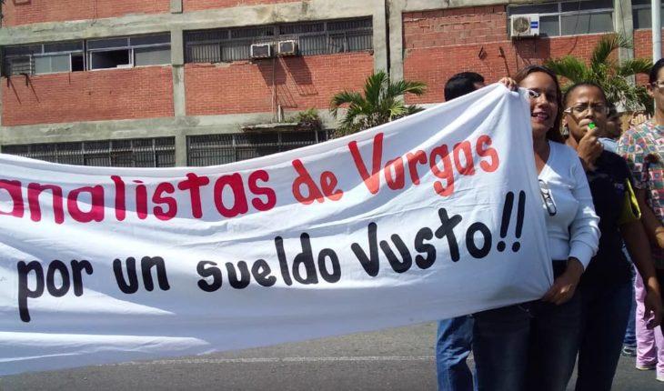 #Ahora | Gremios de la salud protestan a las afueras de La Sanidad, en La Guaira, para exigir mejoras salariales.  #Varg...
