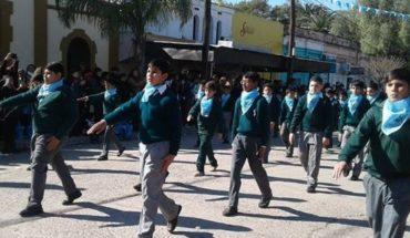 Alumnos de un colegio católico marcharon con pañuelos celestes contra del aborto