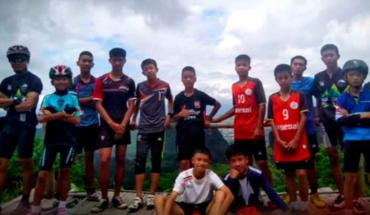 El entrenador y los 12 niños salen con éxito de la cueva en la que se encontraban atrapados en Tailandia