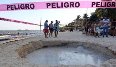 Enorme socavón se abre en playa ante el asombro de turistas