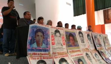 Familiares de los 43 piden a AMLO fijar ruta de trabajo