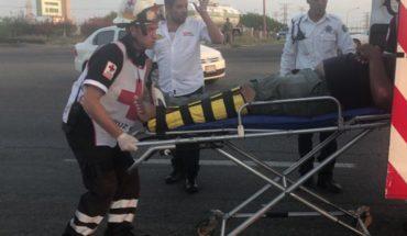 Hombre y mujer sufren aparatoso accidente cuando iban en moto