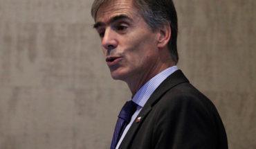 Ministro de Economía reafirmó sus dichos sobre invertir fuera de Chile