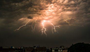 Mujer es golpeada por un rayo mientras grababa una tormenta con su celular
