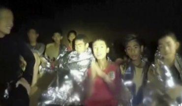 Niños atrapados en cueva saldrían en grupos