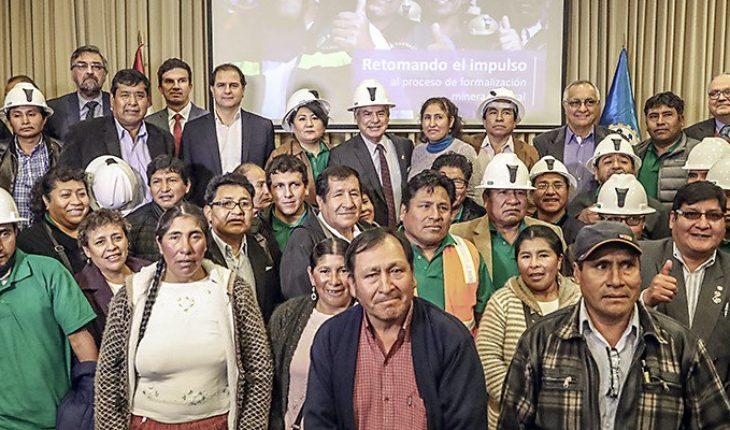 #PERÚ El primer ministro, @CesarVPeru, busca fortalecer la #FormalizaciónMinera de aproximadamente 400 mil pequeños prod...
