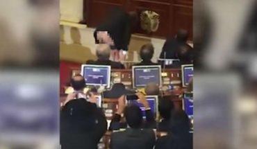 Senador muestra el trasero en pleno Congreso y ante las cámaras