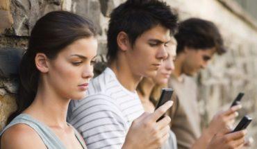 Tecnología nos rebasa, el 60% de los mexicanos tienen dependencia a su celular