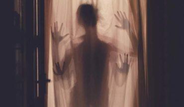Un fantasma aparece detrás de su hijo en un retrato fotográfico