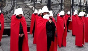Un grupo de mujeres recreó el 'Cuento de la Criada' frente al Congreso