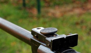 Vecino dispara contra niño mientras limpiaba su rifle