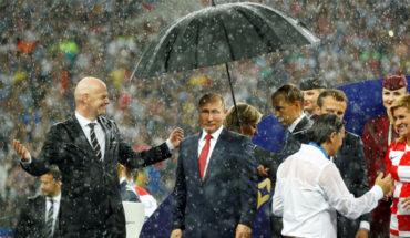 Vladimir Putin, el único que libró la lluvia en la premiación del Mundial de Rusia