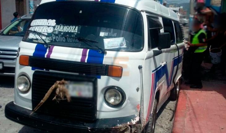 Vuelca combi en el centro de Zitácuaro, tres pasajeros resultaron heridos