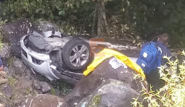 Auto desbarranca, hay una mujer muerta y dos heridas en la carretera Pátzcuaro-Uruapan