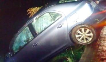 Auto se precipita a canal de aguas negras, hay un muerto y una lesionada en El Erandeni