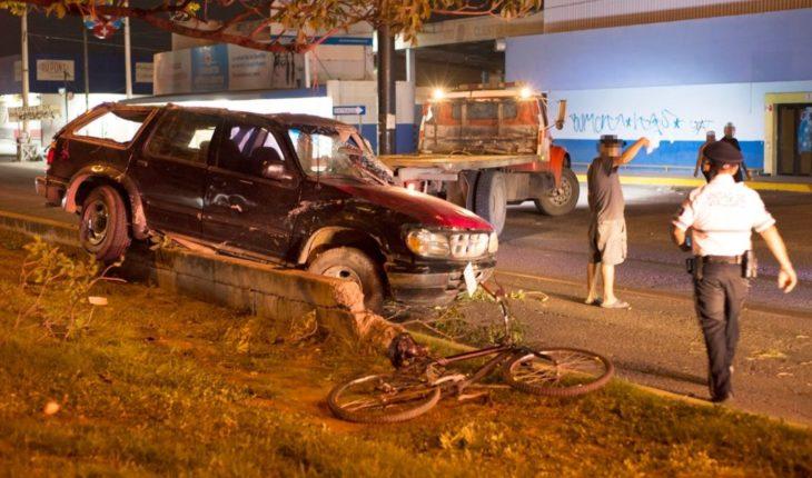 Conductor vuelca camioneta robada y huye con graves heridas