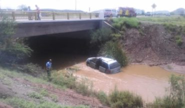 Dos mujeres sufren accidente y caen a dren