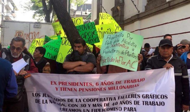 Ex trabajadores se manifiestan en oficinas de AMLO; piden ayuda