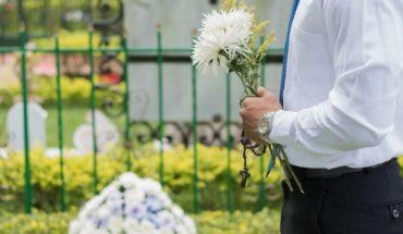 Finge la muerte de su bebé y descubren a muñeco enterrado