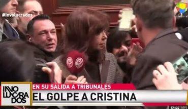 La periodista que golpeó con un micrófono a Cristina contó que la amenazan por las redes