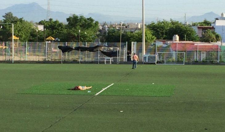 Localizan cadáver de mujer en el centro de una cancha de fútbol