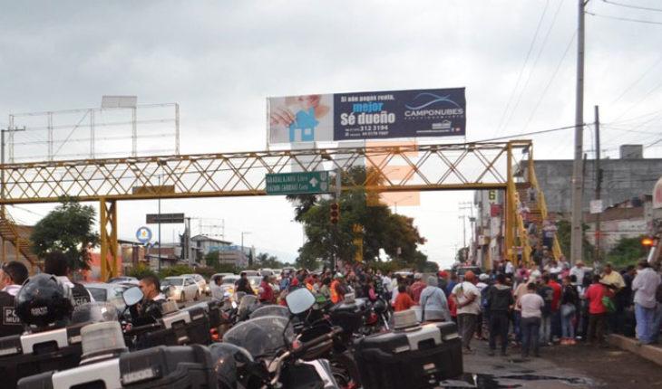 Manifestantes bloquean avenida Madero en Morelia, Michoacán