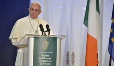 """Papa visita Irlanda y reconoce su vergüenza por el """"fracaso de la Iglesia ante los repugnantes abusos"""""""