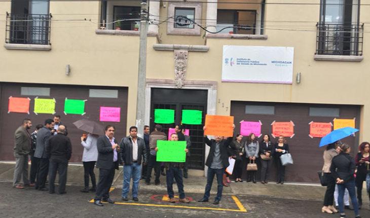 Por falta de pagos, toman instalaciones de la Defensoría de Oficio del Gobierno de Michoacán