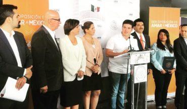 Samuel García presume credencial del Senado
