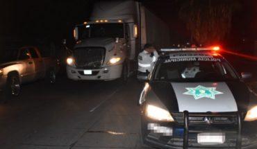 Trailer choca un auto; se da a la fuga e impacta una patrulla