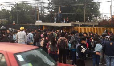 Un grupo de jóvenes bloquea acceso a la Prepa 5