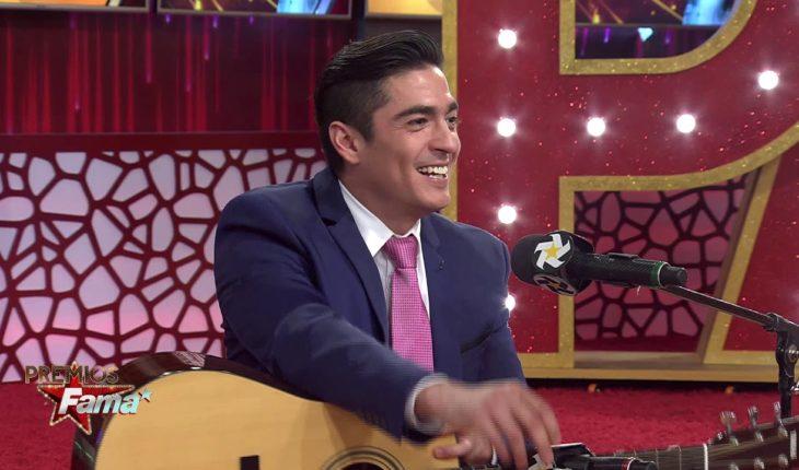 Ramón Montoya tocando la guitarra y cantando en Premios Fama   Premios Fama