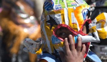 Bolivian children dance and recycled plastic in poor city