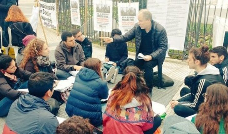 In the midst of teaching conflict, issued public classes in Plaza de Mayo