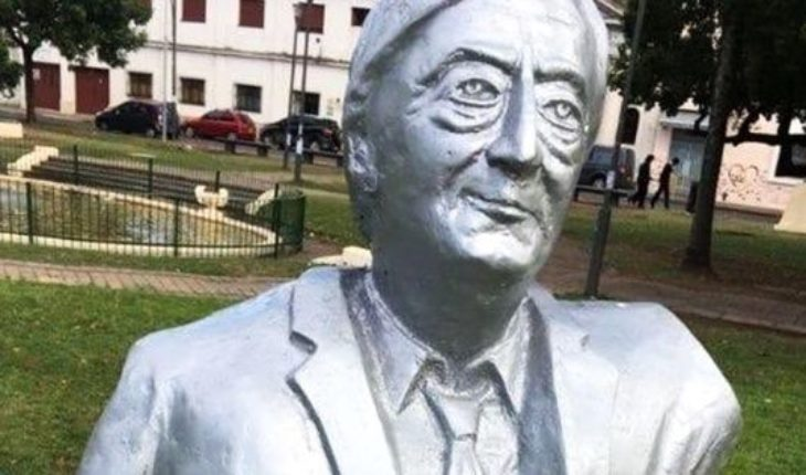 They portrayed prisoner a bust of Néstor Kirchner in a plaza of Rosario