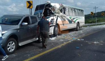 11 heridos en choque de autobús contra un camión de abarrotes en Ecuandureo, Michoacán