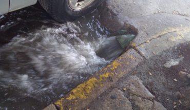 Aguas negras inundan el estacionamiento de la central AUS