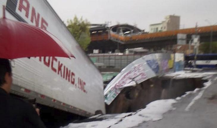 Cae en socavón la caja de un tráiler en la Ciudad de México