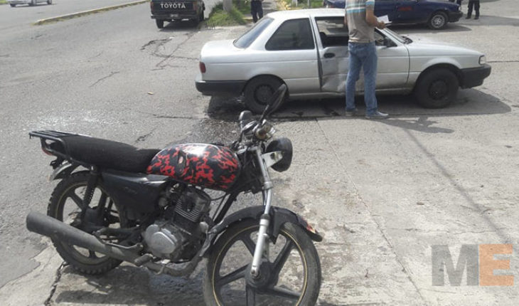 Choca automóvil contra motocicleta en Apatzingán, Michoacán