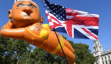 Con globo gigante en bikini se burlan del alcalde de Londres