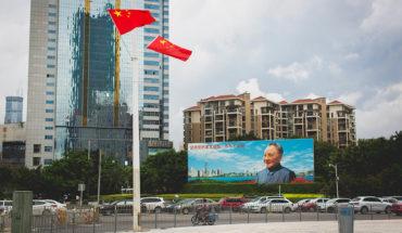 Déficit de reformas en China. Valla con la imagen de Deng Xiaoping en Shenzhen (provincia de Guangdong, China). Foto: blake.thornberry (CC BY-NC-ND 2.0). Blog Elcano