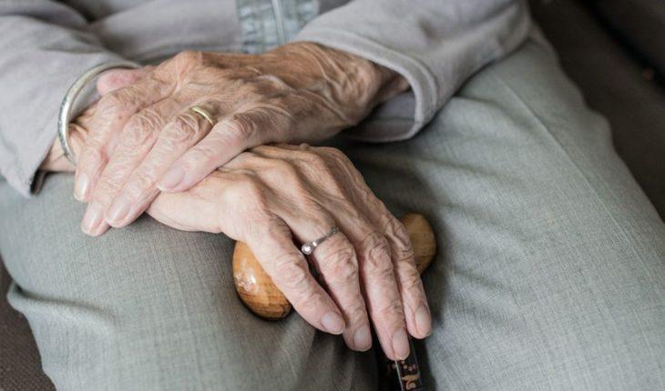 """Encuentran a abuelita golpeada en asilo, cuidadoras dicen """"se cayó"""""""