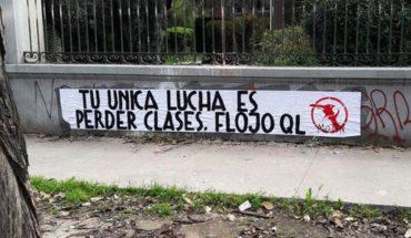 "Grupo ""Motín Estudiantil"" empapeló liceos de Santiago con fuertes mensajes"