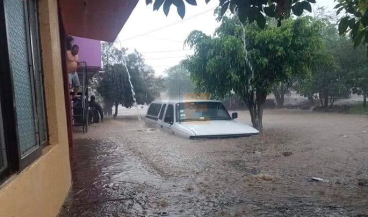 Intensa lluvia deja al menos 80 viviendas inundadas y severos daños en Los Reyes, Michoacán