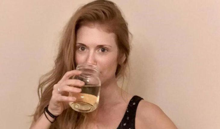Mujer asegura que beber su propia orina curó la fibromialgia y fortaleció su sistema inmunológico