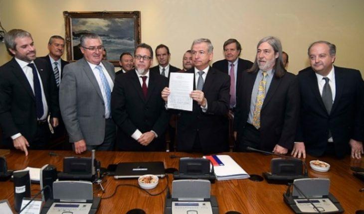 Por fin se pusieron de acuerdo: Oposición y Gobierno firman protocolo para aprobar salario mínimo