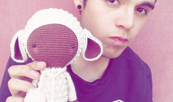 Príncipe del Crochet: joven ovallino causa furor con sus técnicas para tejer en redes sociales