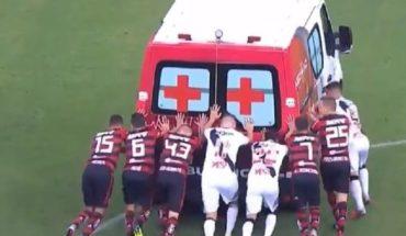 Una ambulancia entró a sacar un lesionado y los jugadores debieron empujarla