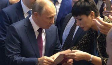 Una diputada kirchnerista le entregó un volante a Putin sobre la situación de Cristina