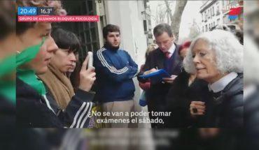 Estudiantes bloquearon el ingreso a la Facultad de Psicología